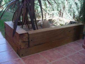 Jardinera con maderas en jardin de Madrid
